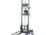 Carretilla elevadora manual, en aluminio.  Altura máxima 3670 mm.  Altura mínima 2060 mm.